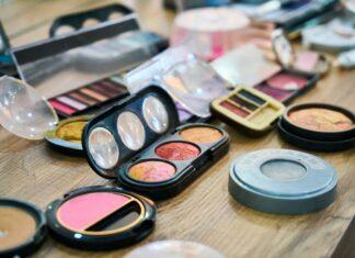 Co powinno się znalezc w damskiej kosmetyczce